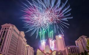 Las_Vegas_4th_of_July_Fireworks_2015.jpg