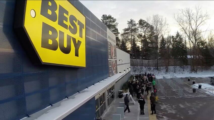 people lined up at best buy