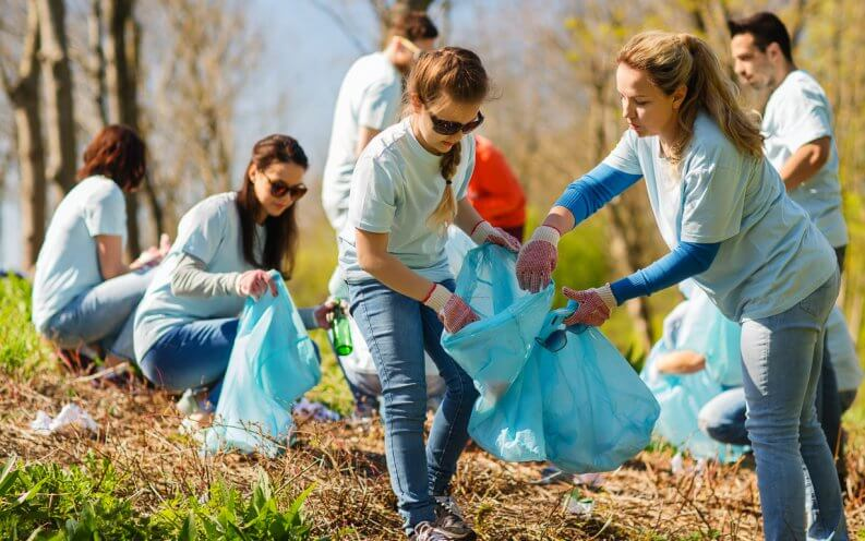 volunteers cleaning up park