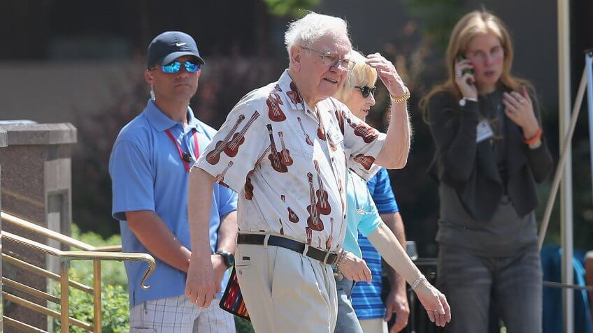 SUN VALLEY, ID - JULY 09:  Warren Buffett (C), chairman of Berkshire Hathaway Inc.