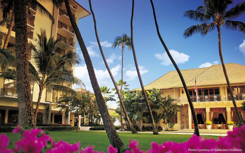 3_HonoluluHalekulani_Courtyard.jpg