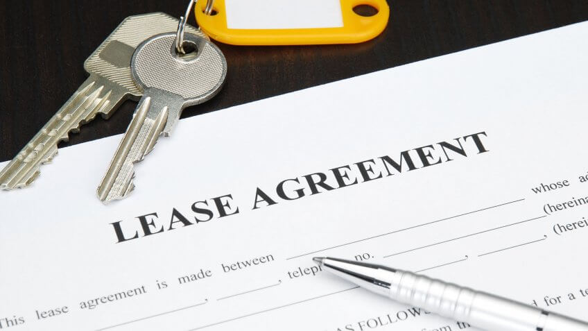 lease agreement form with pen and keys