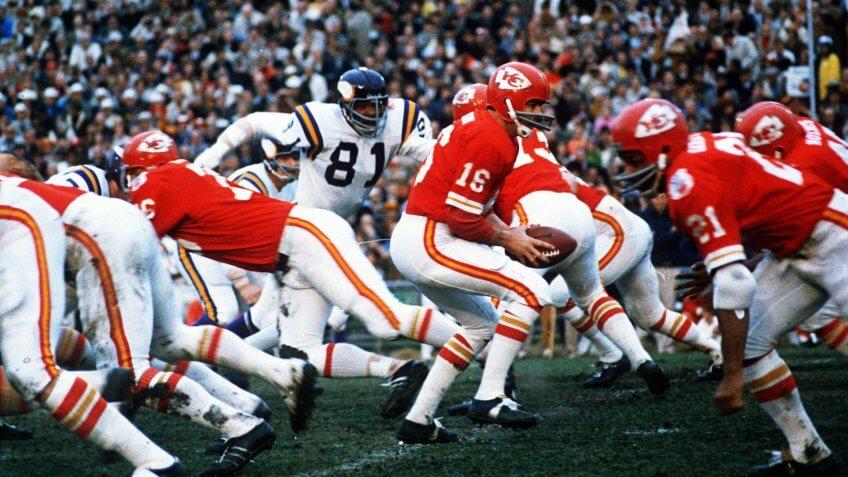DAWSON GARRETT Kansas City Chiefs quarterback Len Dawson (16) turns around to hand the ball off to running back Mike Garrett (21) in Super Bowl IV in New Orleans, Louisiana, against the Minnesota VikingsSUPER BOWL IV, NEW ORLEANS, USA.