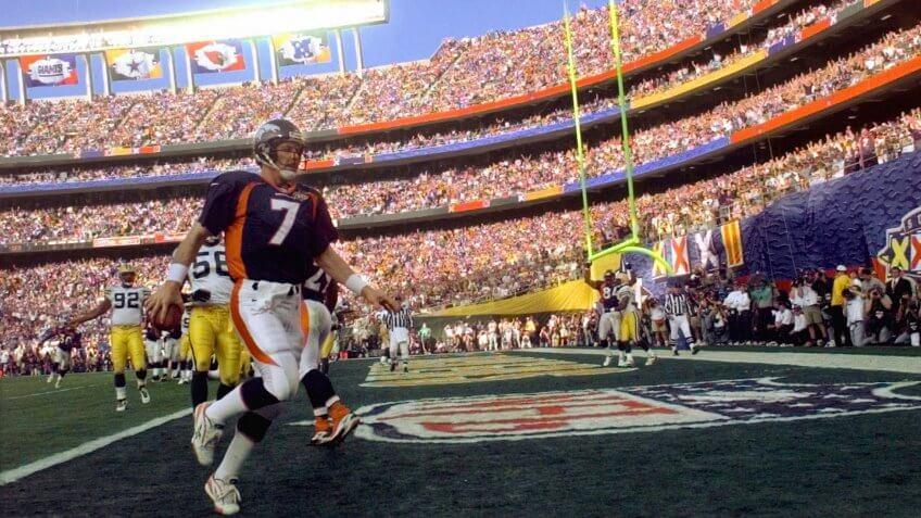 ELWAY Denver Broncos quarterback John Elway crosses into the end zone to score during the first quarter of Super Bowl XXXII at San Diego's Qualcomm StadiumSUPER BOWL, SAN DIEGO, USA.
