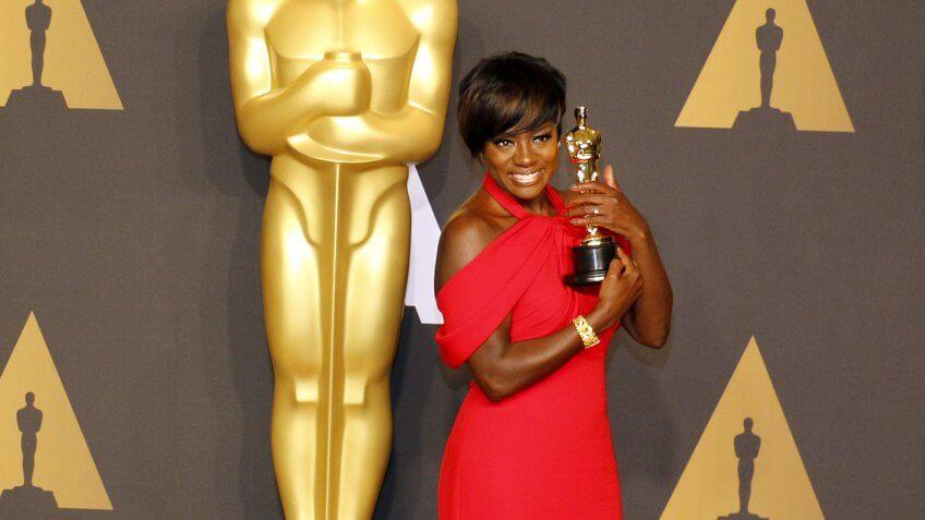 viola Davis posing with her oscar award