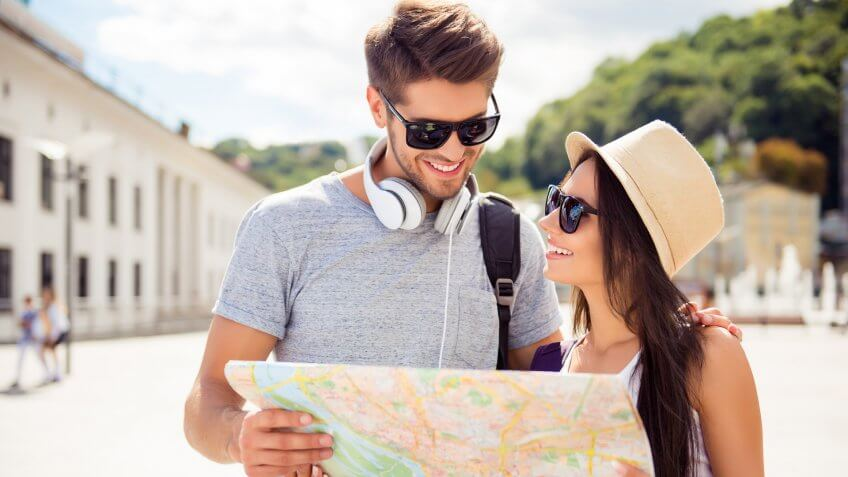 couple-traveling-vacation