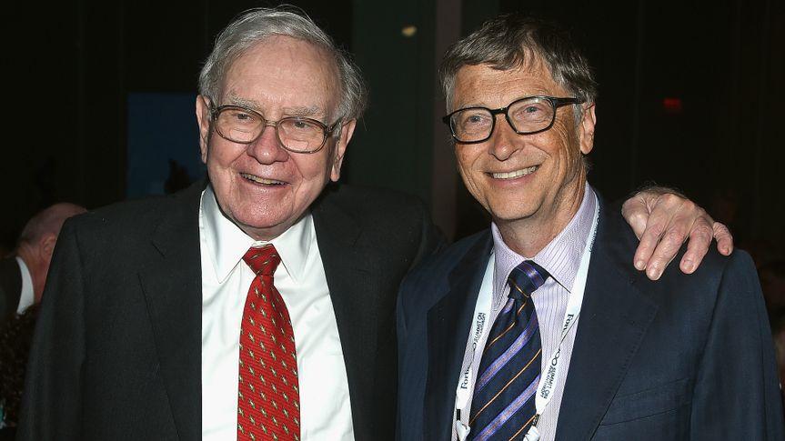 NEW YORK, NY - JUNE 03:  Warren Buffett (L) and Bill Gates attend the Forbes' 2015 Philanthropy Summit Awards Dinner on June 3, 2015 in New York City.