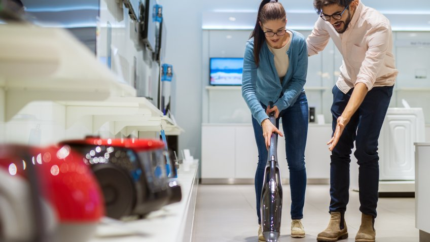 couple-shopping-for-vacuums