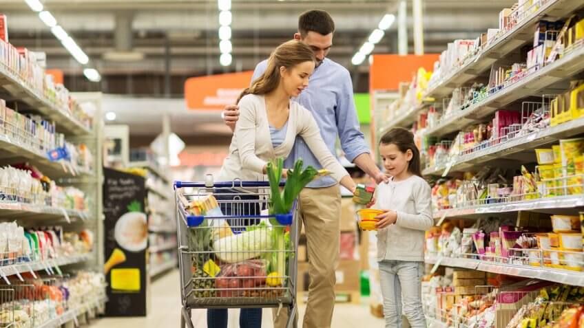 parents grocery shopping with daughter