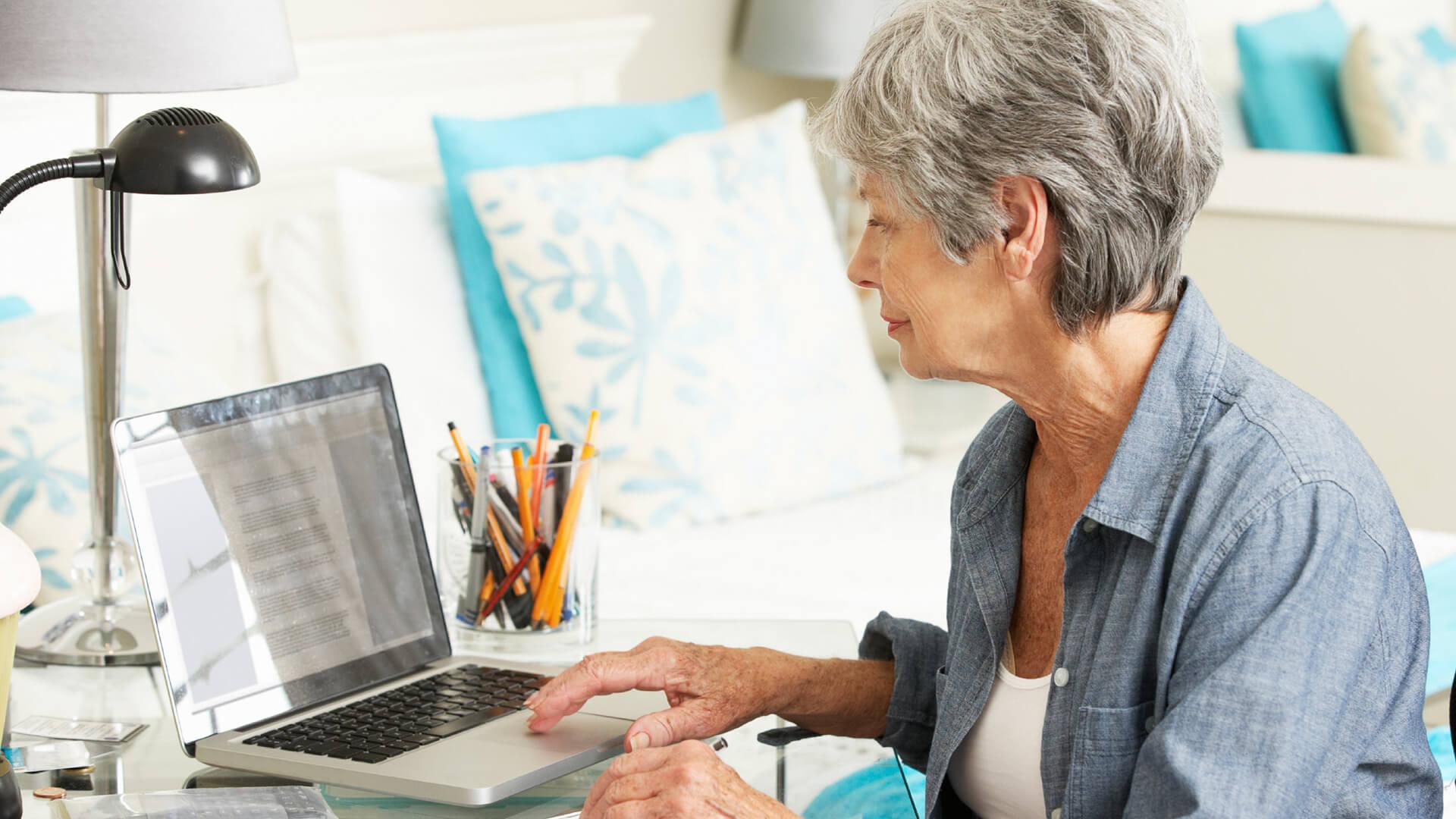 senior-retired-computer