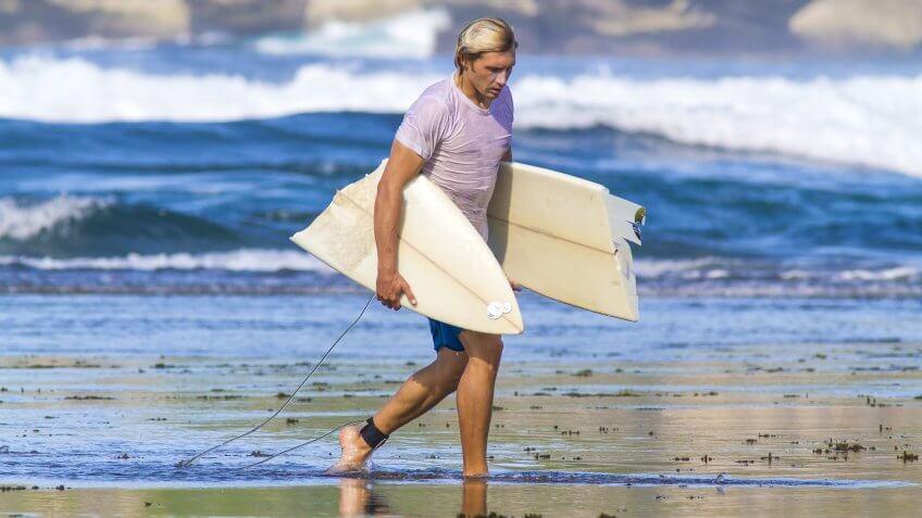 surfer-broken-surfboard