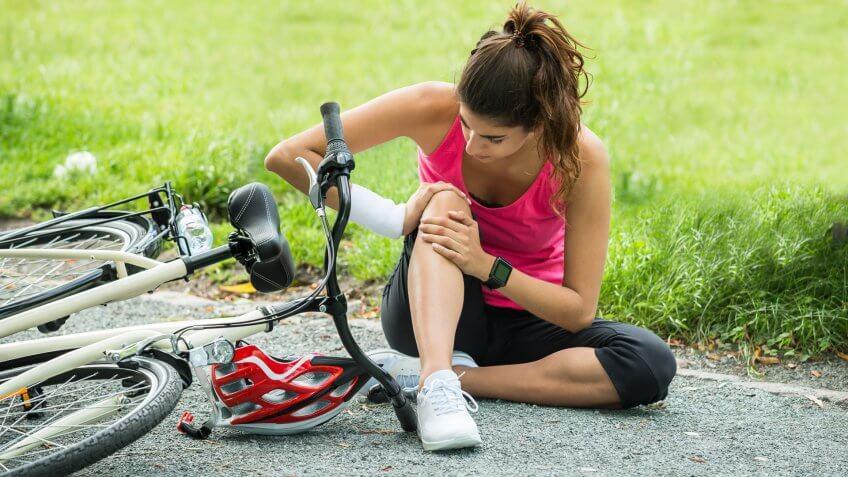 young-woman-pain-knee-when-fallen