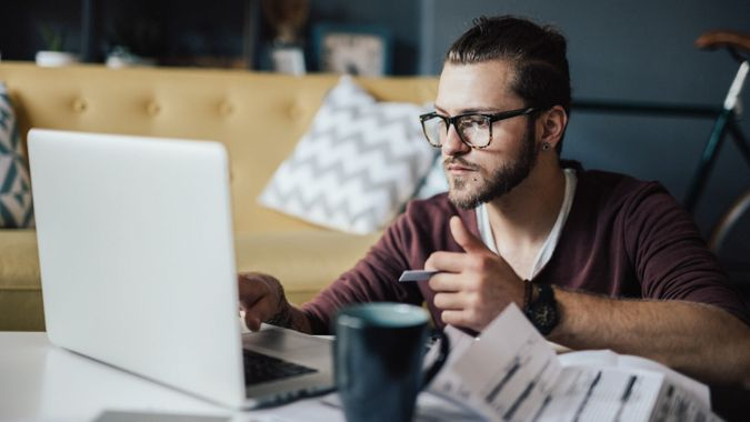 millennial pays bills online