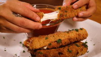 These Cheap and Easy 'Matzo-rella' Sticks Are Perfect for Passover
