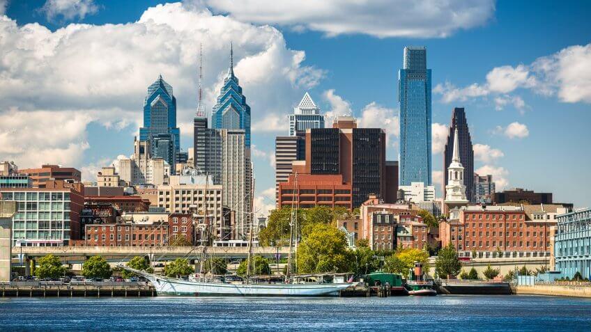USA, Pennsylvania, Philadelphia cityscape and Delaware River.