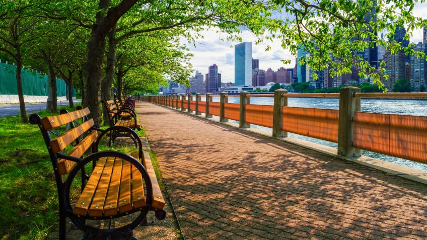 A walking path along the East River with nice views of Manhattan from Roosevelt Island.