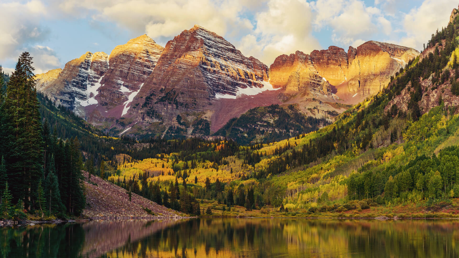 Maroon Bells peaks and Lake at Sunrise, Colorado, USA.