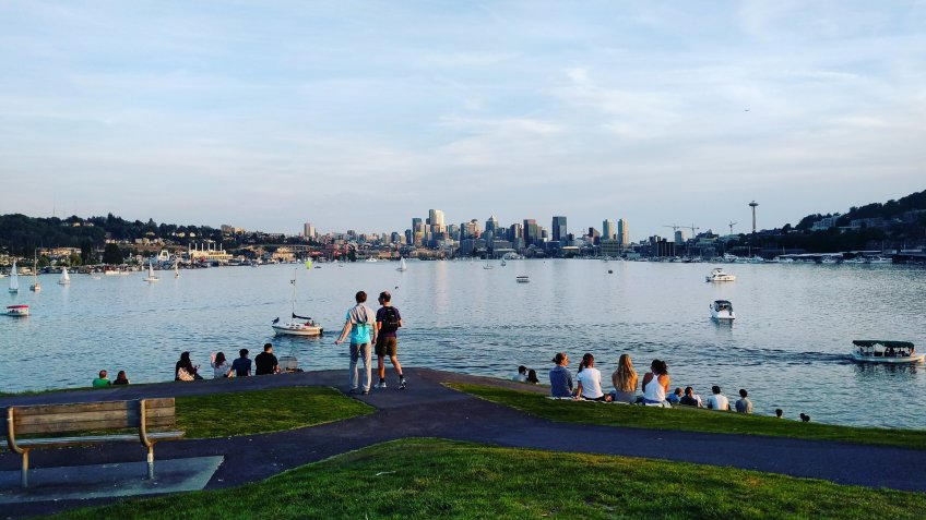 people looking over Seattle from Gas Works Park