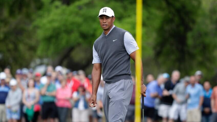 Tiger Woods putts at Dell Technologies Match Play Tournament