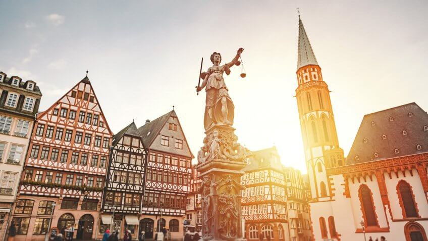 Old Town Romerberg with The East Row (Ostzeile), Statue of Justice (Justitia) and Church of Nikolai (Nikolaikirche) is the busy market square and tourist destination located in Frankfurt's in the heart of Frankfurt am Main, Hessen, Deutschland.