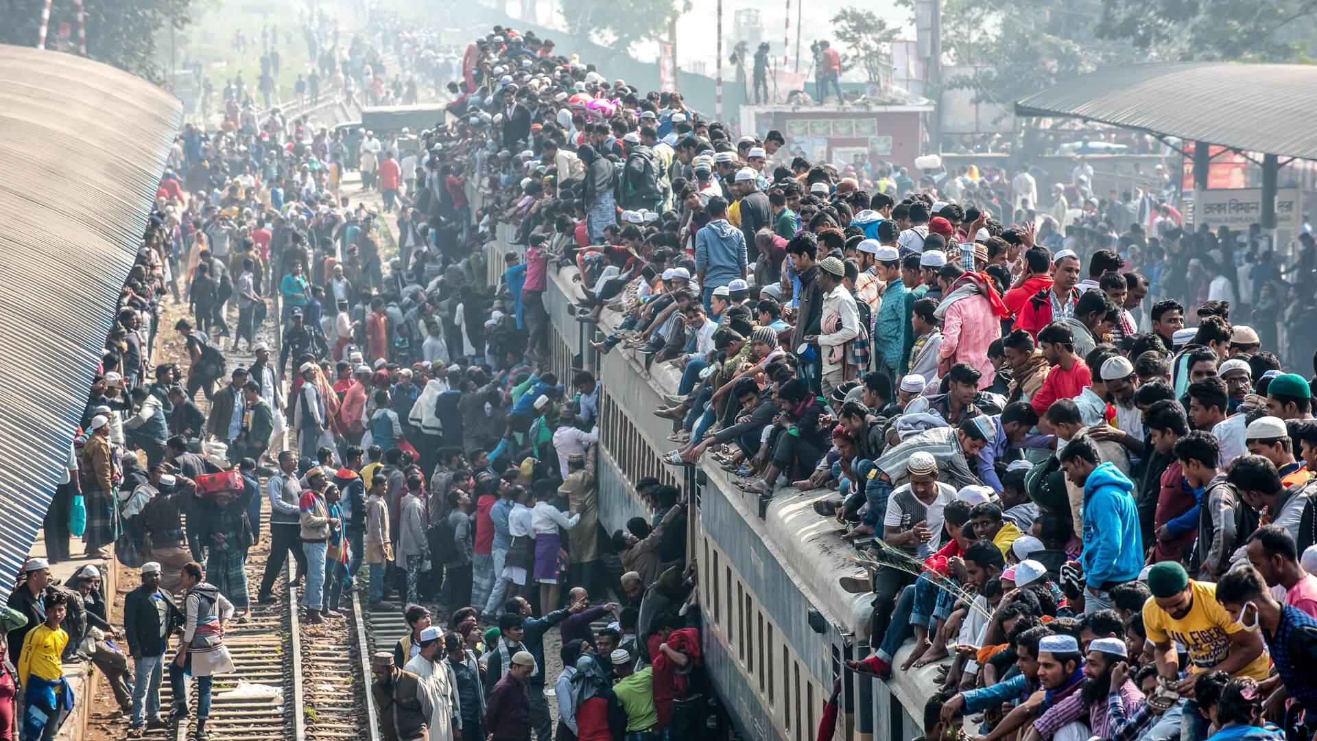Dhaka Bangladesh train full of passengers due to overpopulation