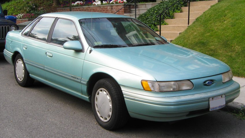 1994-1995 Ford Taurus GL sedan.