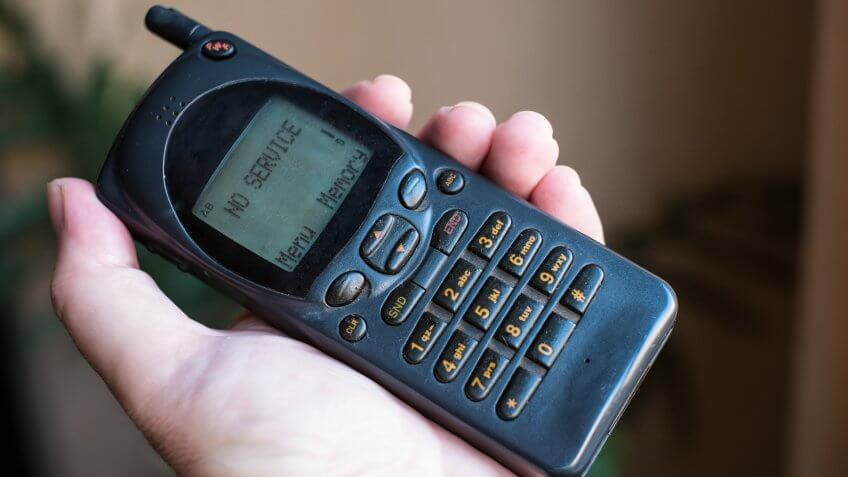 """Old mobile phone with """"No service"""" message - Image."""