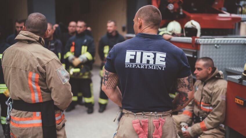 Firefighter boss giving team instructions.