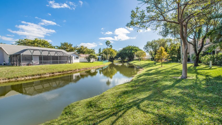 CORAL SPRINGS, FL, USA: Backyard view of lake and houses.