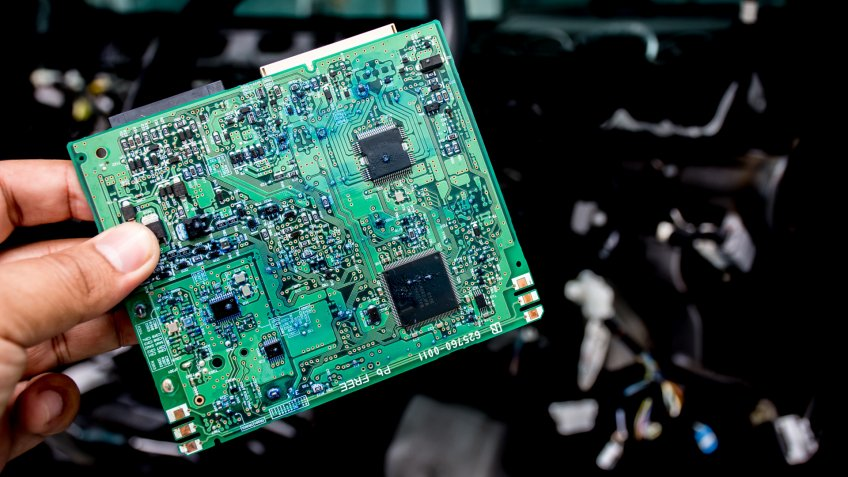 The electronic circuit of the car in hand, the technician is the brain control of the car.