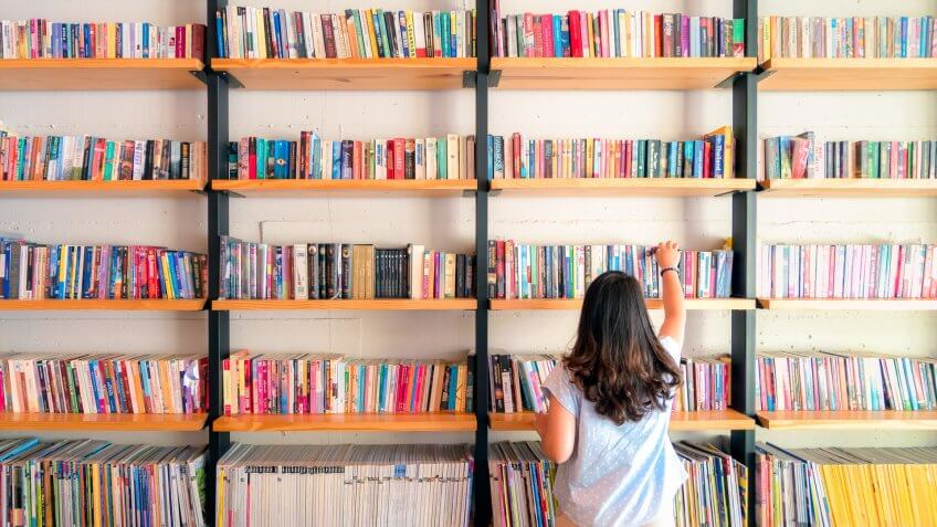 Asian women are picking up books on the bookshelf.