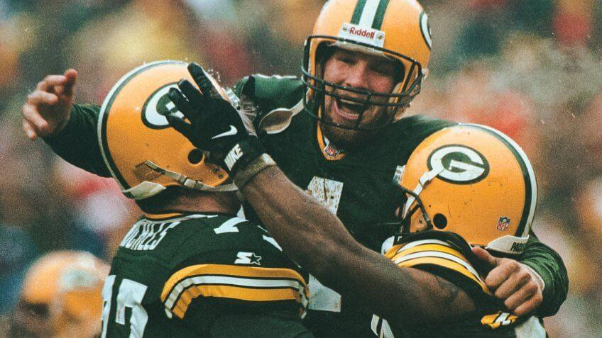 Green Bay Packers Bret Favre celebrates with team