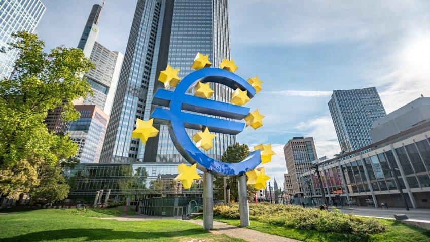 Altes EZB Gebäude mit Euro-Symbol in Frankfurt.