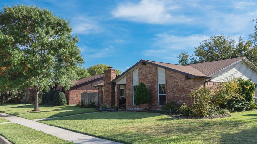 Single-detached dwelling home in suburban Dallas-Fort Worth with attached garage.