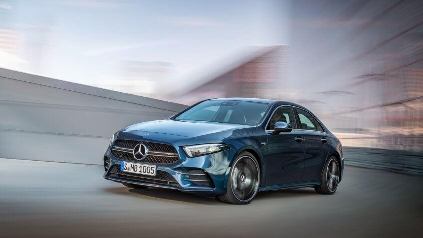 Mercedes-AMG A 35 4MATIC Limousine//Mercedes-AMG A 35 4MATIC Saloon, Kraftstoffverbrauch kombiniert: 7,3-7,2 l/100 km; CO2-Emissionen kombiniert: 167-164 g/km // Fuel consumption combined: 7.