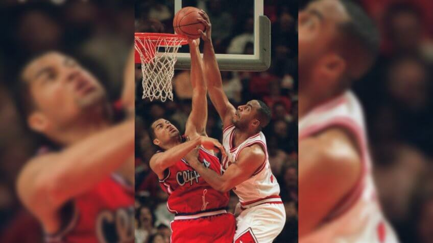 CAFFEY WILLIAMS Chicago Bulls Jason Caffey, right, works through a block by Los Angeles Clippers' Brian Williams during the second quarter of a game, in Chicago.