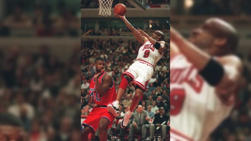 HARPER CHEANEY The Chicago Bulls' Ron Harper shoots over Washington Bullets' Calbert Cheaney (40) during the second half of the Bulls' 103-86 win Wednesday night, at Chicago's United CenterBULLETS BULLS, CHICAGO, USA.