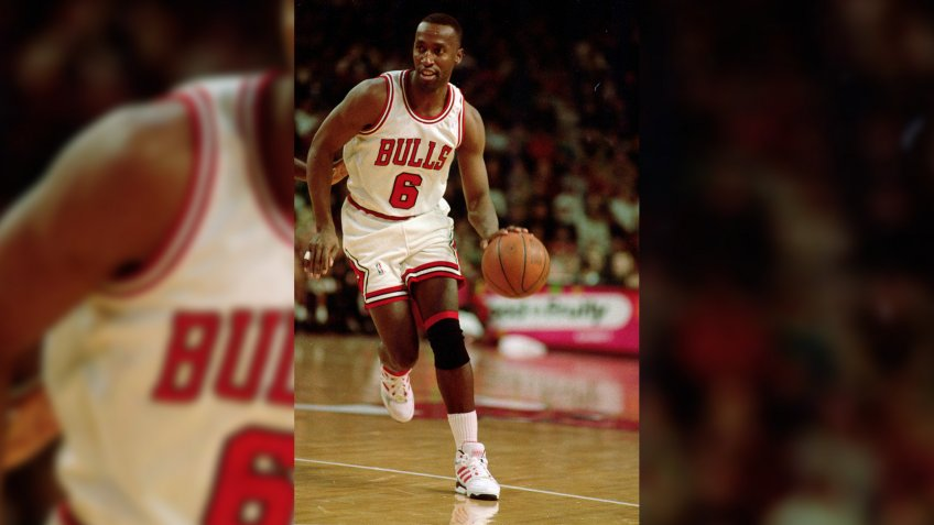 21 Dec 1992: Trent Tucker #6 of the Chicago Bulls dribbles the ball down the court during a game against the Miami Heat.