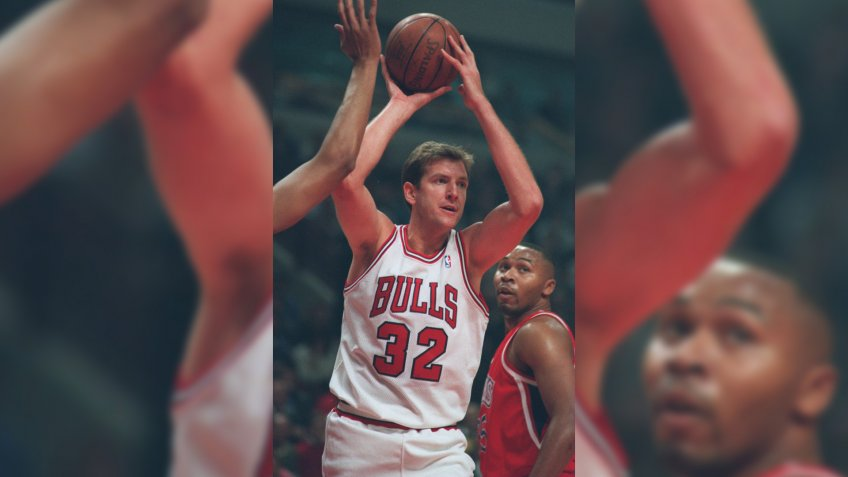 7 Nov 1994: CHICAGO BULLS CENTER WILL PERDUE WITH THE BALL DURING THE BULLS VERSUS PHILADELPHIA 76ERS AT THE UNITED CENTER IN CHICAGO, ILLINOIS.
