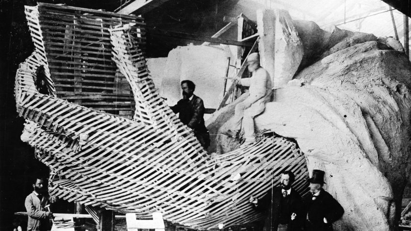 Studio of Frédéric August Bartholdi, builder of the Statue of Liberty, in pairs: model of the left hand of the statue made of wood, steel and plaster; Bartholdi 2nd from right in conversation - around 1880 (Photo by ullstein bild / ullstein bild via Getty Images).