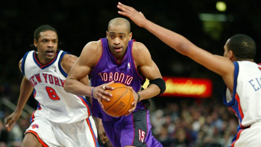 CARTER SPREWELL EISLEY Toronto Raptor Vince Carter, center, drives to the basket as New York Knicks Latrell Sprewell, left, and Howard Eisley defend, in the second half at New York's Madison Square Garden, .