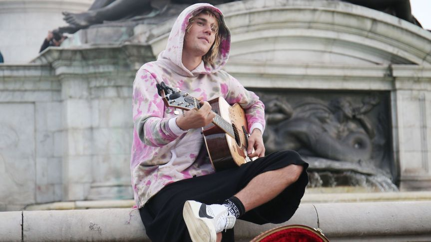 Mandatory Credit: Photo by Beretta/Sims/Shutterstock (9886201ds)Justin Bieber busking outside for Hailey outside Buckingham PalaceJustin Bieber and Hailey Baldwin out and about, London, UK - 18 Sep 2018.