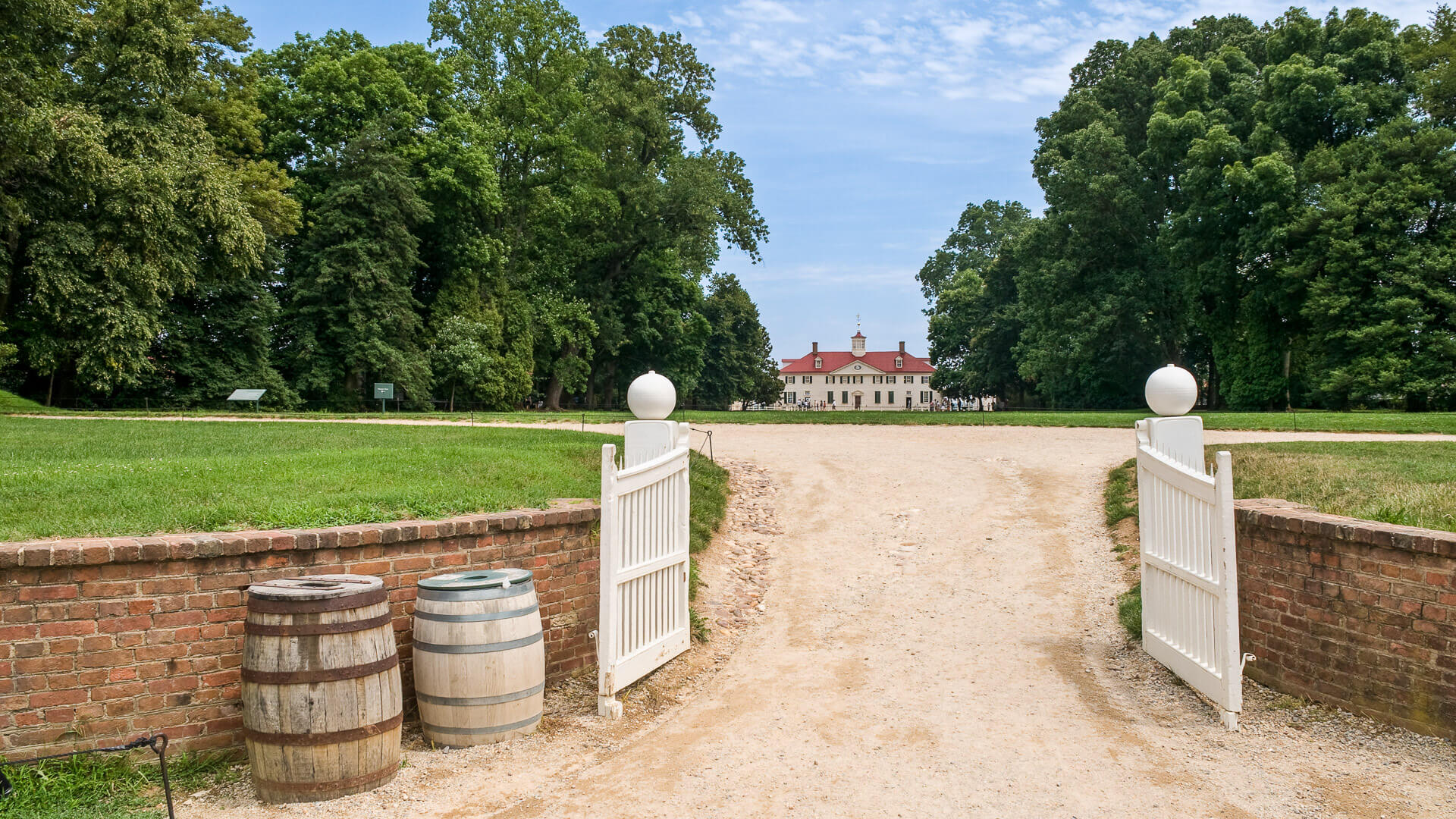 """The entrance of Mount Vernon, the home of former president of the USA George Washington."