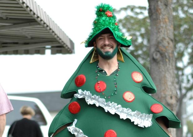 save money on live christmas trees thmbnail